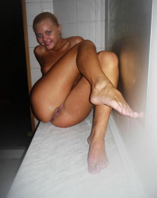 Улыбчивая девушка провела день в бане