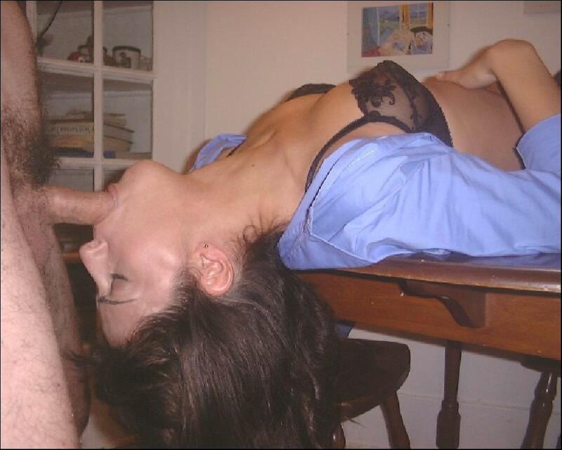 Сексуальная брюнетка сосет и трахается