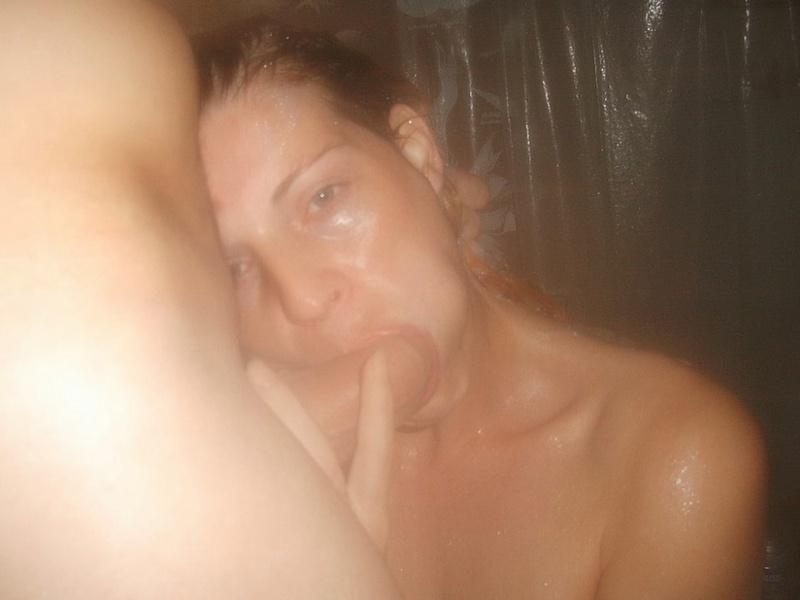Милая голая деваха берет в рот и трахается