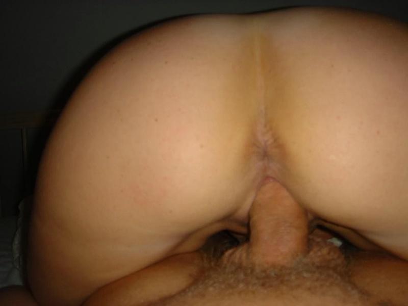 Голландская тёлка ублажает мужской пенис