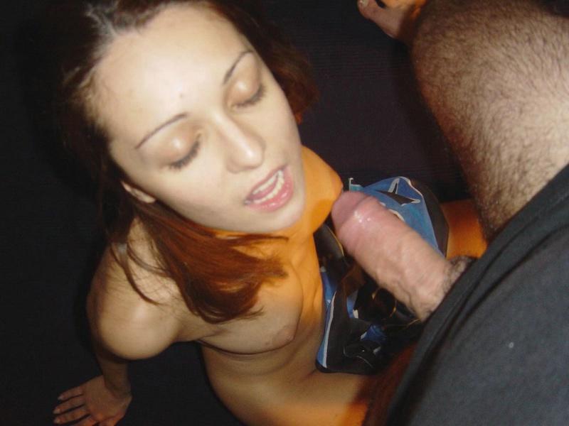 Жарит себя дилдо и целует член секс фото