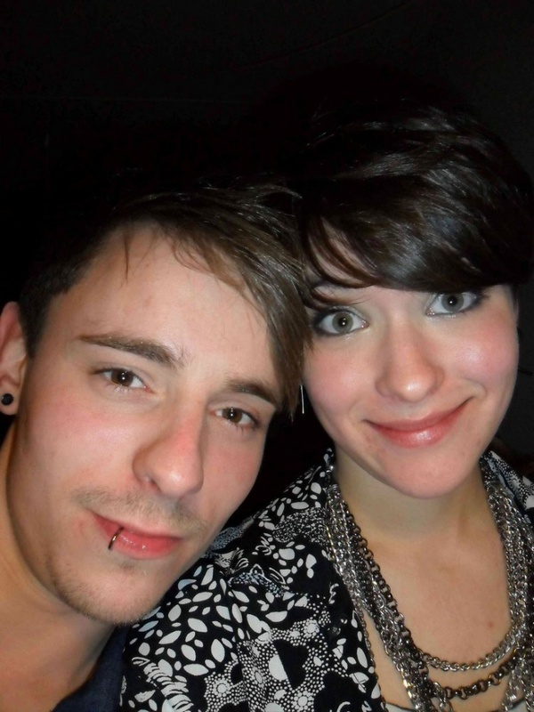 Молодая пара развлекается интимными играми