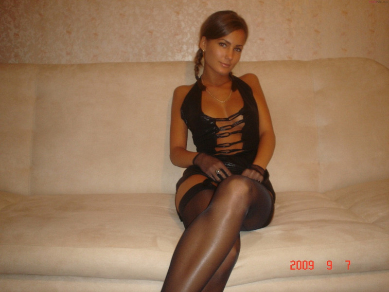 Привлекательная проститутка не стесняется своего тела