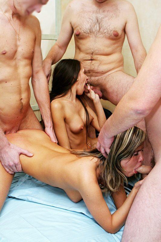 Развратные подружки любя шалить между собой и отдаваться парням