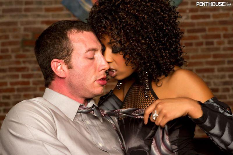 Страстный секс с негритянкой умеющей хорошо сосать