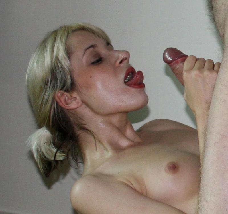 Блондиночка забавляется с секс игрушками и берет в рот писюн