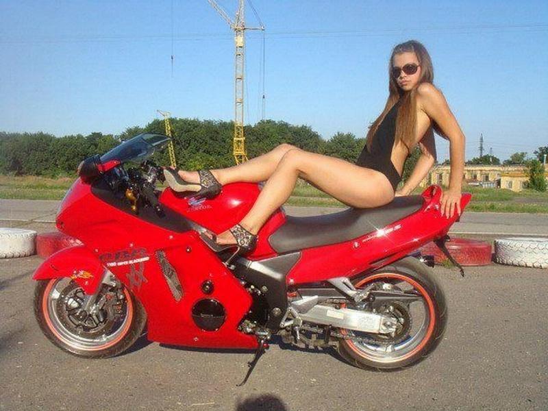 Похотливые мотоциклисты занялись интимом