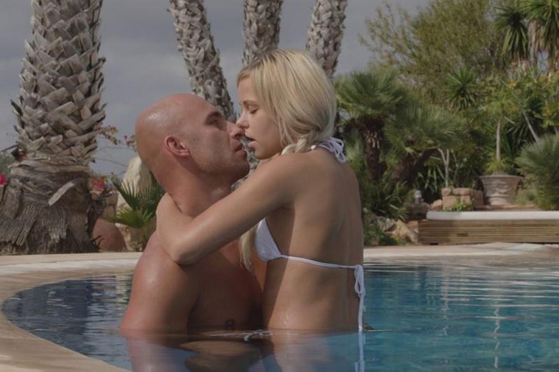 Сьюзи и лысый занимаются сексом в бассейне