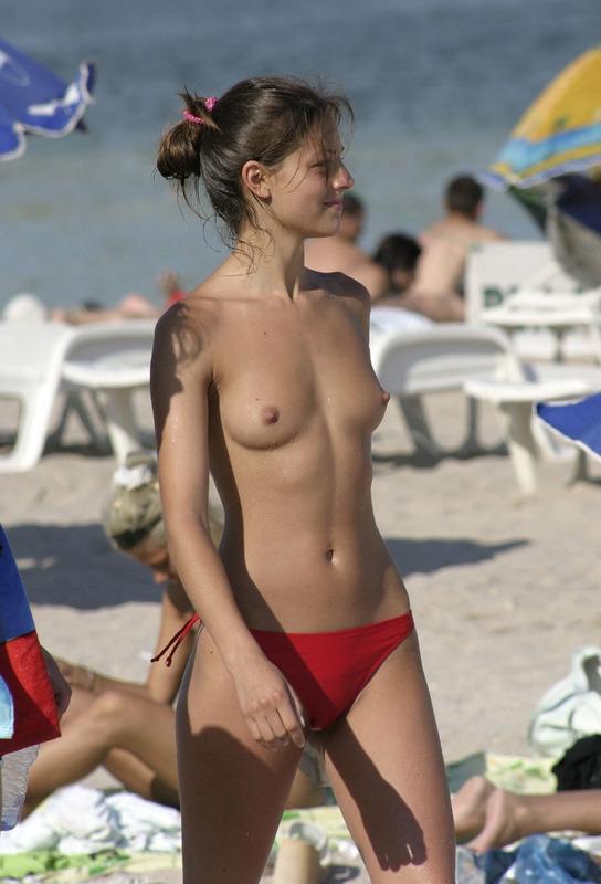 Пляжные потаскухи ходят без лифчиков при людях