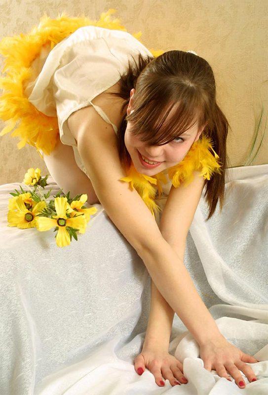 19-летняя красоточка с цветами продемонтстрировала свое изящное туловище