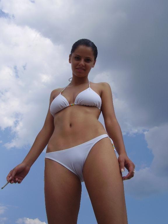 Красавица сняла с себя бюстгальтер на людном пляже