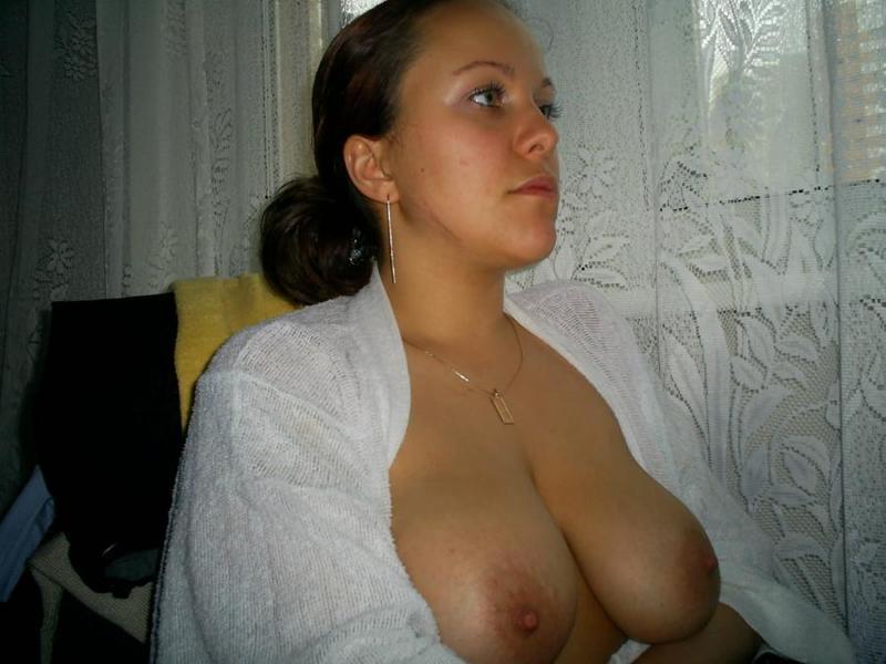 Екатерина с огромными сиськами делает селфи в своей квартире секс фото