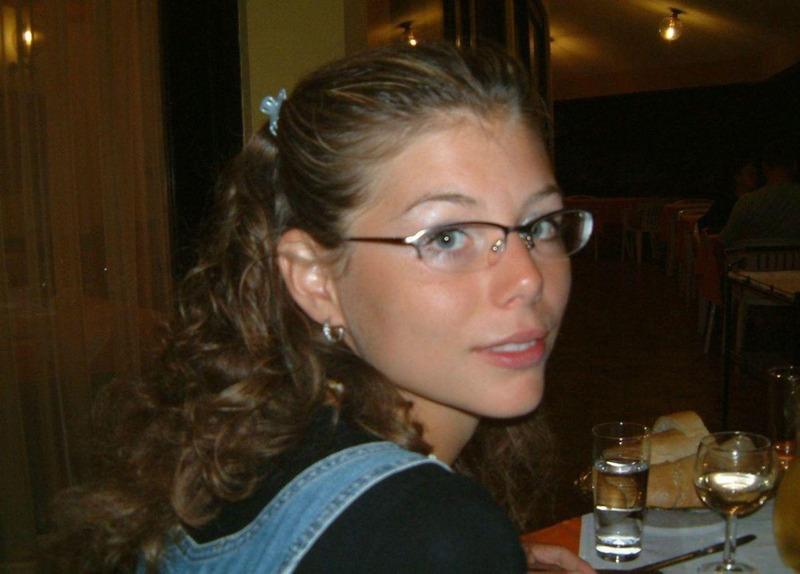 Кучерявая леди в очках радует своей наготой
