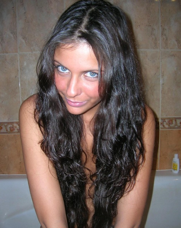 Зашла в ванну комнату и стала вблизи от бежевого кафеля