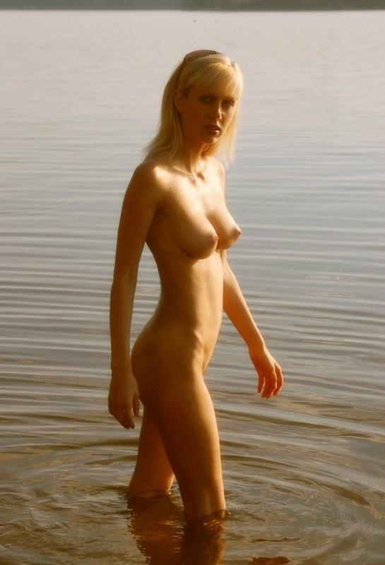 Удалось познакомиться с лесби на речном берегу