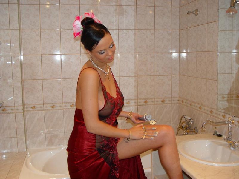 Великолепная брюнетка обнажает прелести в помывочной секс фото
