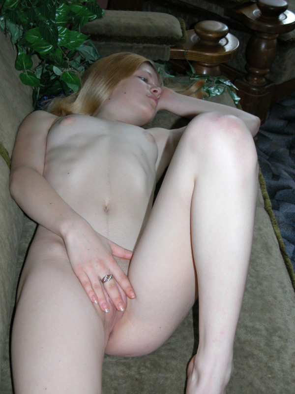 Домашняя фото сессия Юной телки с маленькой грудью секс фото