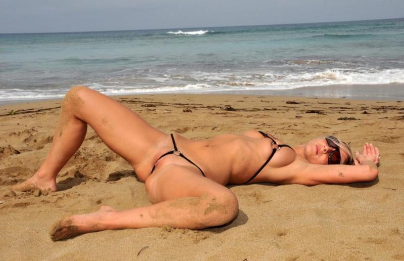 Света на пляже в белье которое ничего не прикрывает