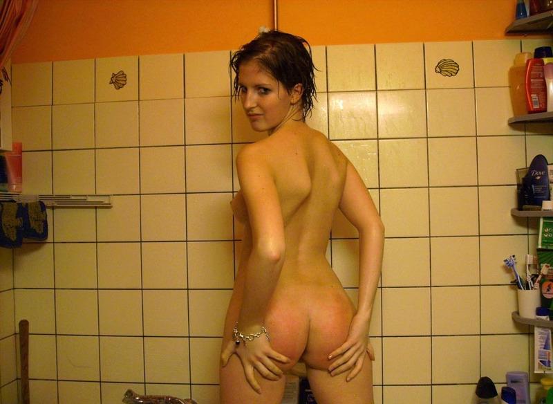 Домохозяйка выставила влагалище на показ став на четвереньки