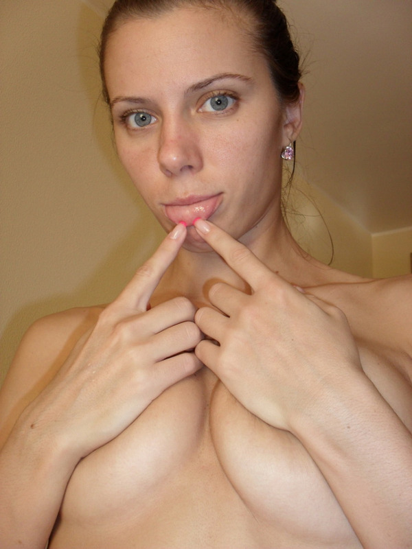 Русая порноактрисса оголилась перед тем как пойти в ванну