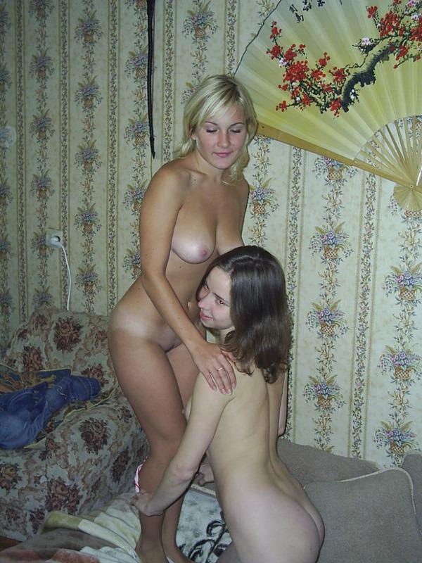 Взрослая лесби жаждет лесбийского порево с полуголой молодухой
