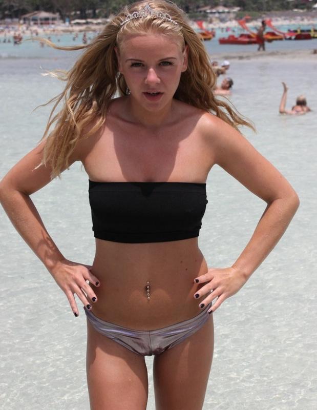 Девчуля обожает загорать топлес у бассейна в Египте