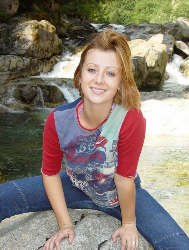 Симпатичная туристка собралась купаться голой в лесном пруду