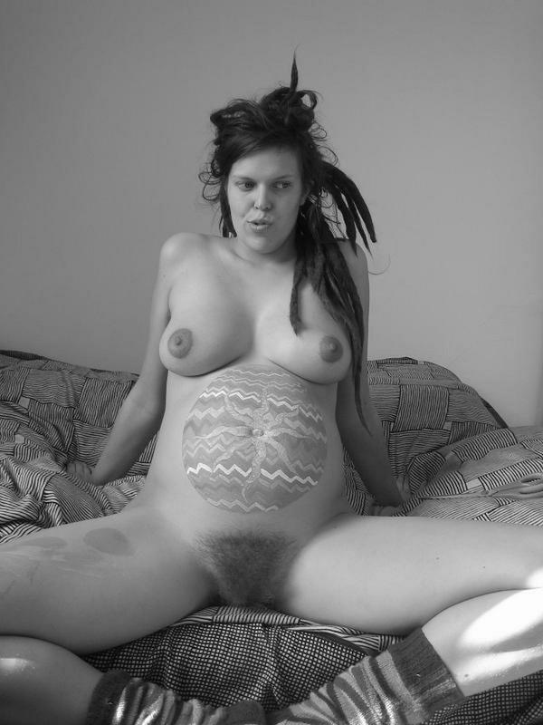 Беременная нудистка с большими сиськами заплела дреды