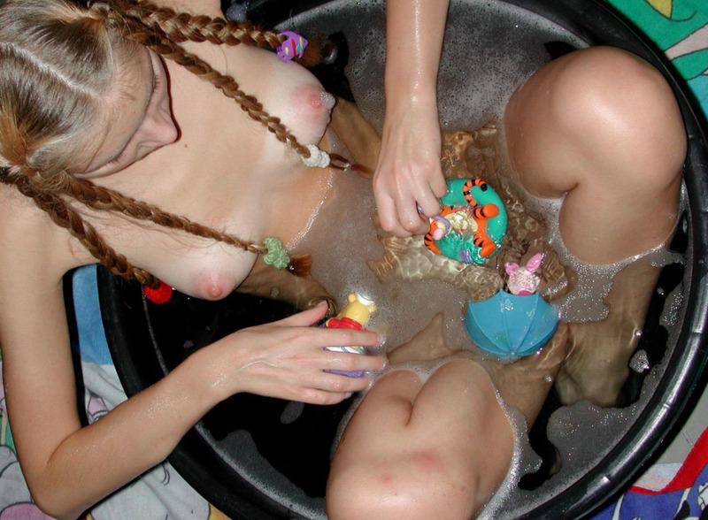 Совершеннолетняя деваха с косичками моется в тазу