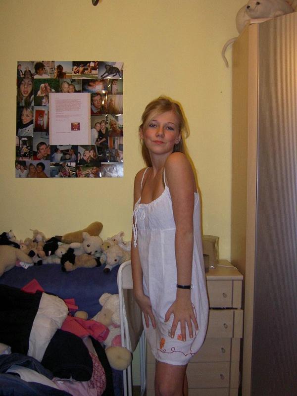 Марина вошла в свою комнату и сходу начала раздеваться