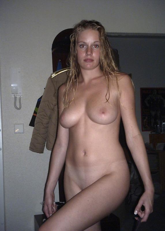 Похотливая блондинка надела сексуальное белье после душа