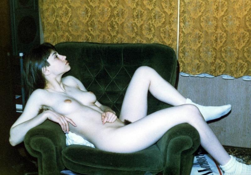 Молодушка уселась в кресле выставив напоказ лохматую письку смотреть эротику