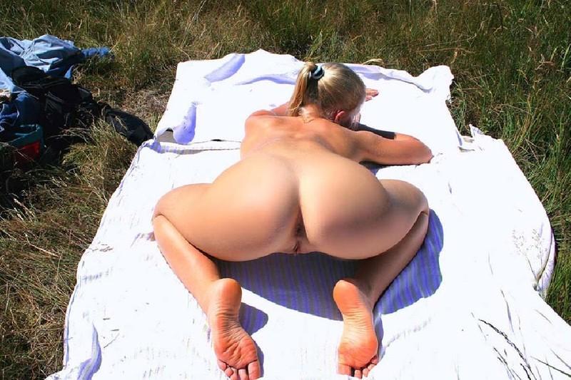 Жгучая блондиночка способна показать голую вагину и булочки в любом месте