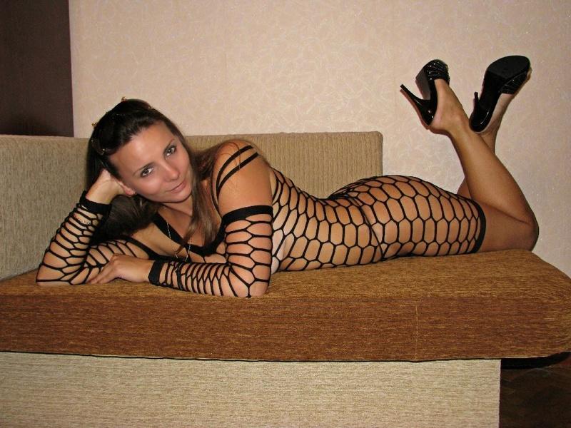 Возбуждённая тёлка жаждет ходить по дому в нижнем белье секс фото