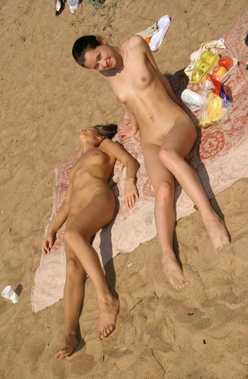 Привлекательные студенточки устроили разврат на набережной секс фото