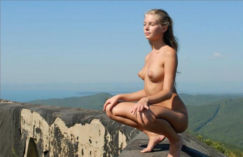 Блондиночка снимает белоснежные трусики стоя на королевской высоте
