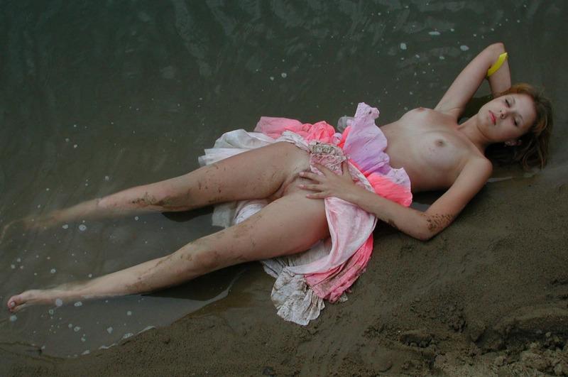 Не побоялась испачкать задницу в песке