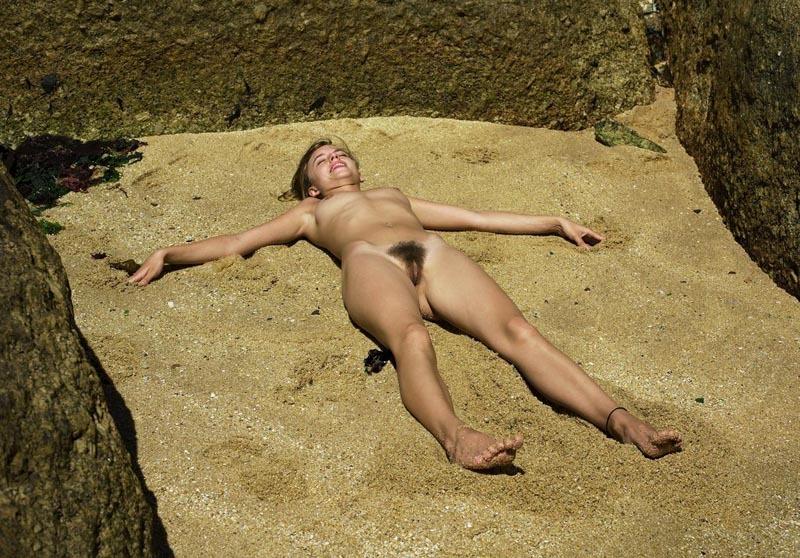 Валяется на песочке раскинув ноги и ручки в стороны