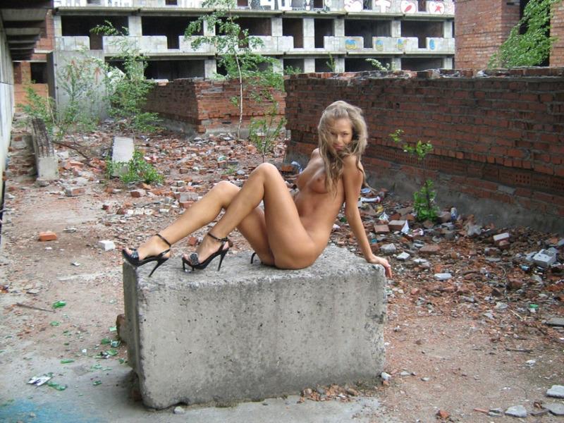 Маша прогуливается по заброшенной стройке