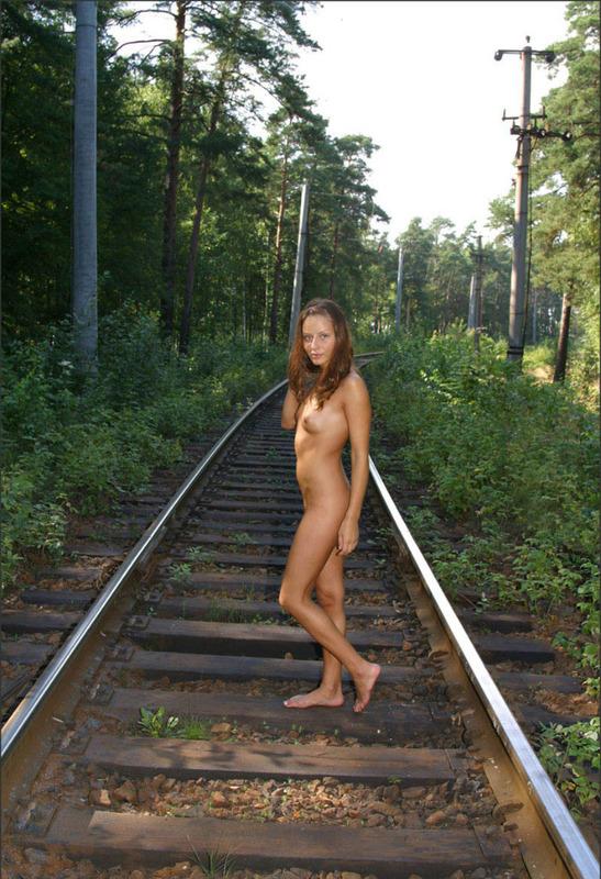 Чувственная баловница идет пешком по железной дороге секс фото
