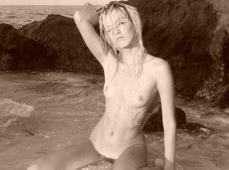 Крашенная светловолосая девушка с прекрасным телом и волосатым лобком