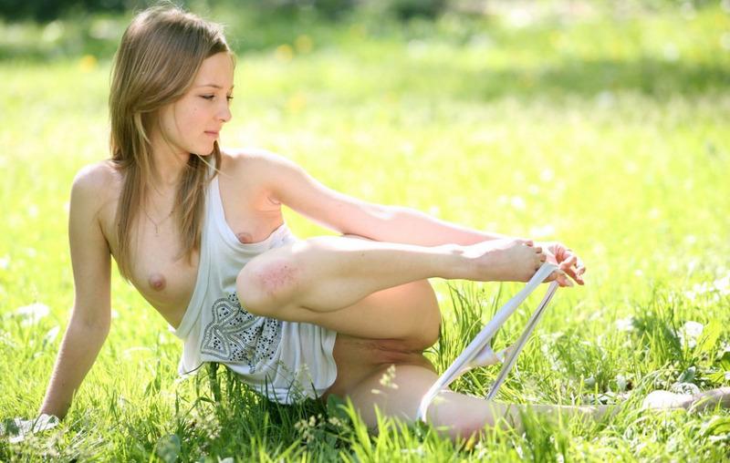 Голенькая фея на цветущей поляне