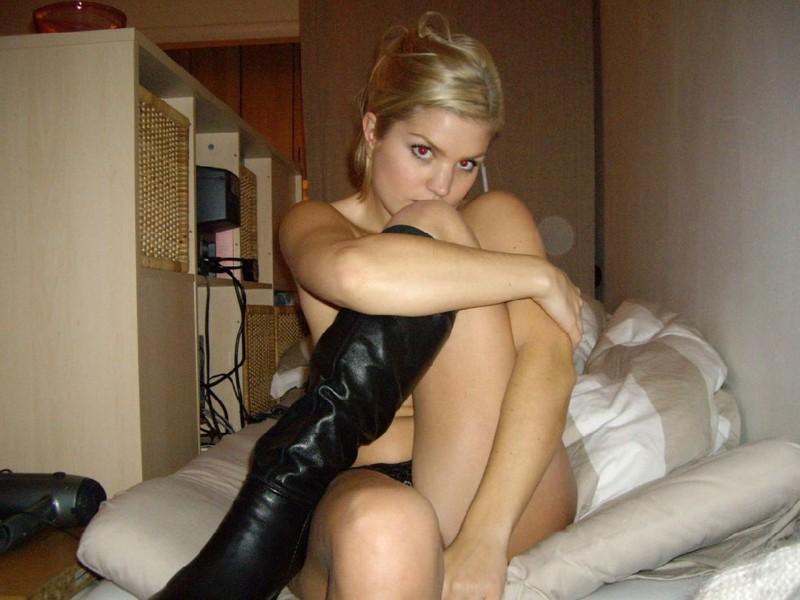 Игривая блондиночка неплохо проводит время по вечерам смотреть эротику
