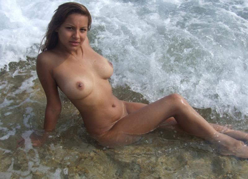 Прелестница Айрис наслаждается морем в розовом бикини