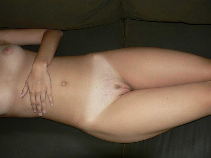 Худая красотка часто бывает полностью голой в разных местах смотреть эротику