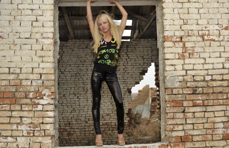 Худая блондиночка снимает с себя латексные лосины в недостроенной даче