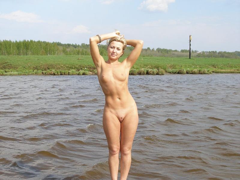 Зрелая блондинка спускает белые трусики дома секс фото