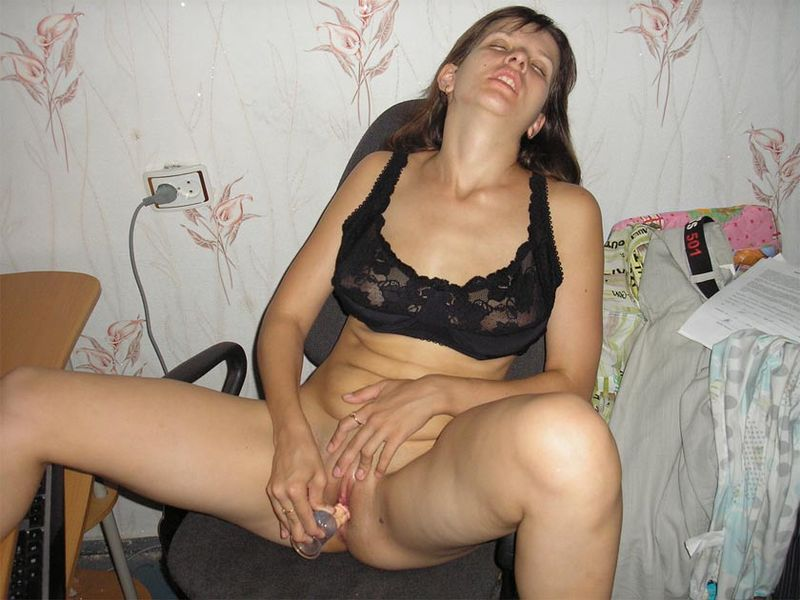 Мамка жарит пизду самотыком сидя в кресле секс фото
