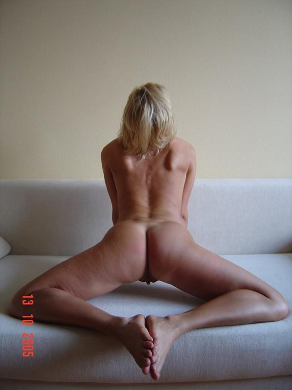 Наполовину раздетая красавица манит взглядом и горячим туловищем секс фото