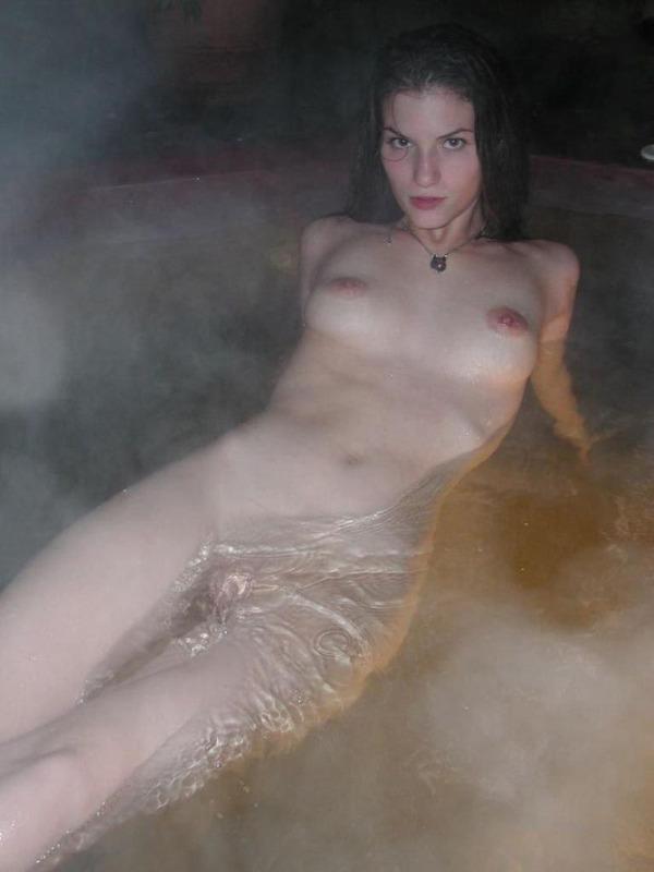 Наполовину раздетая стройняшка купается в бурлящем джакузи